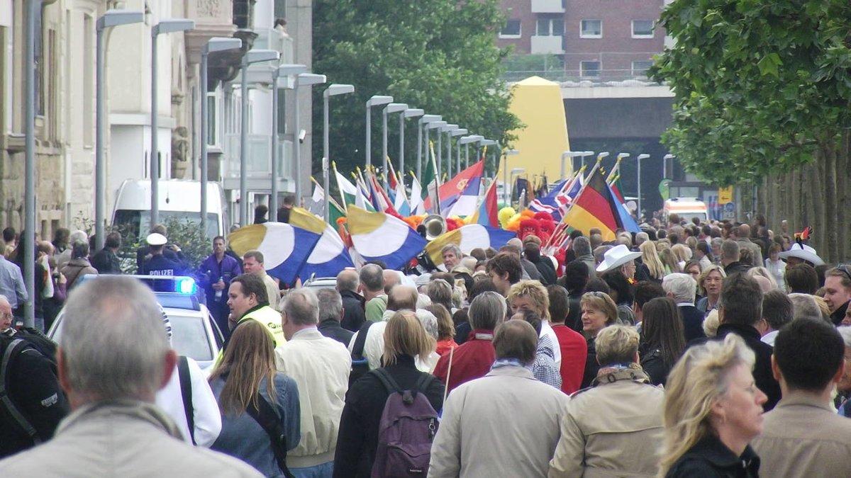 Brauchtumszug In Dusseldorf Zeigte Esc Gasten Aus Dem Ausland