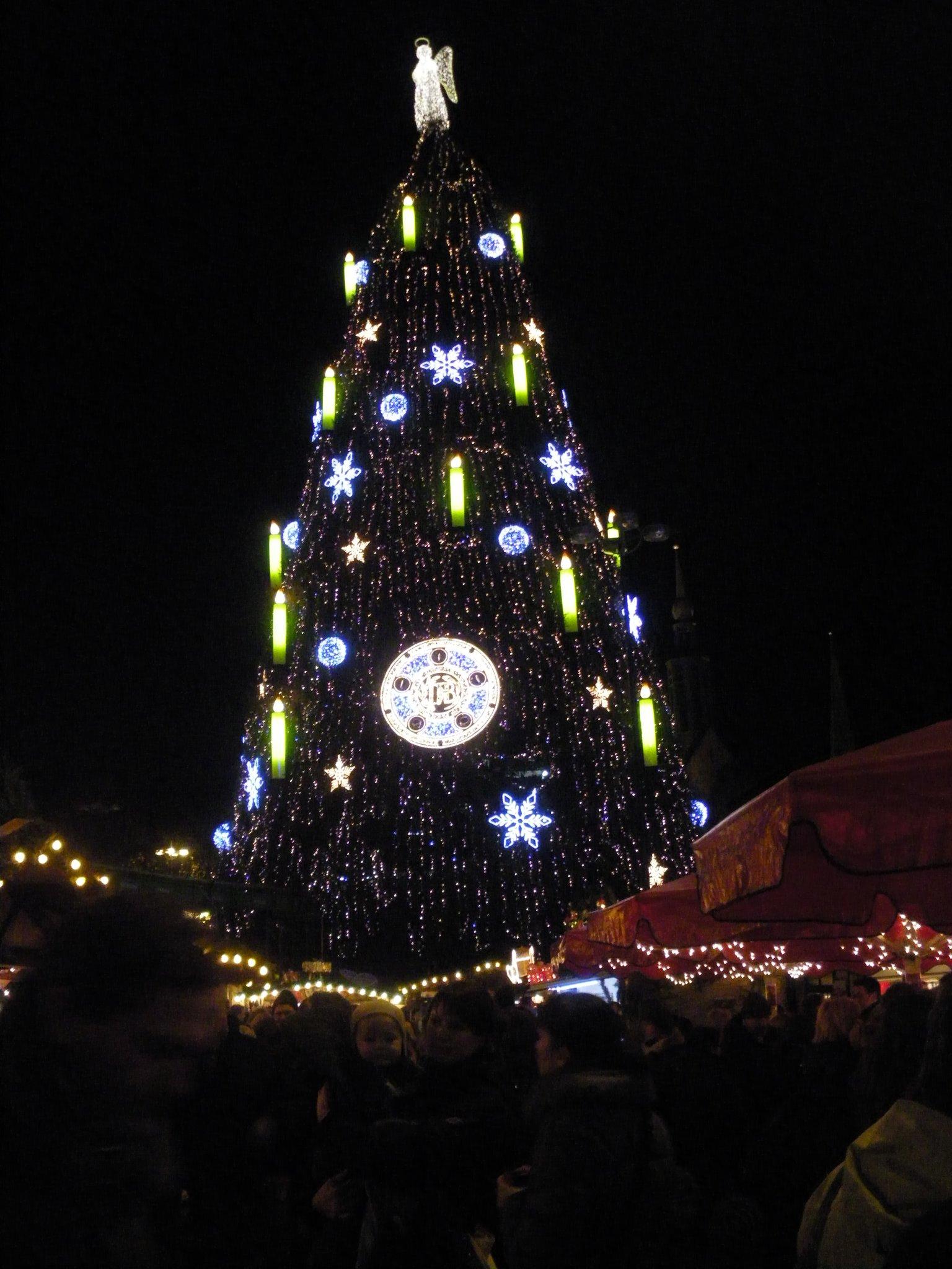 Bvb Weihnachtsbaum.Meisterschale 2010 11 Am Dortmunder Riesen Tannenbaum Eine Hommage