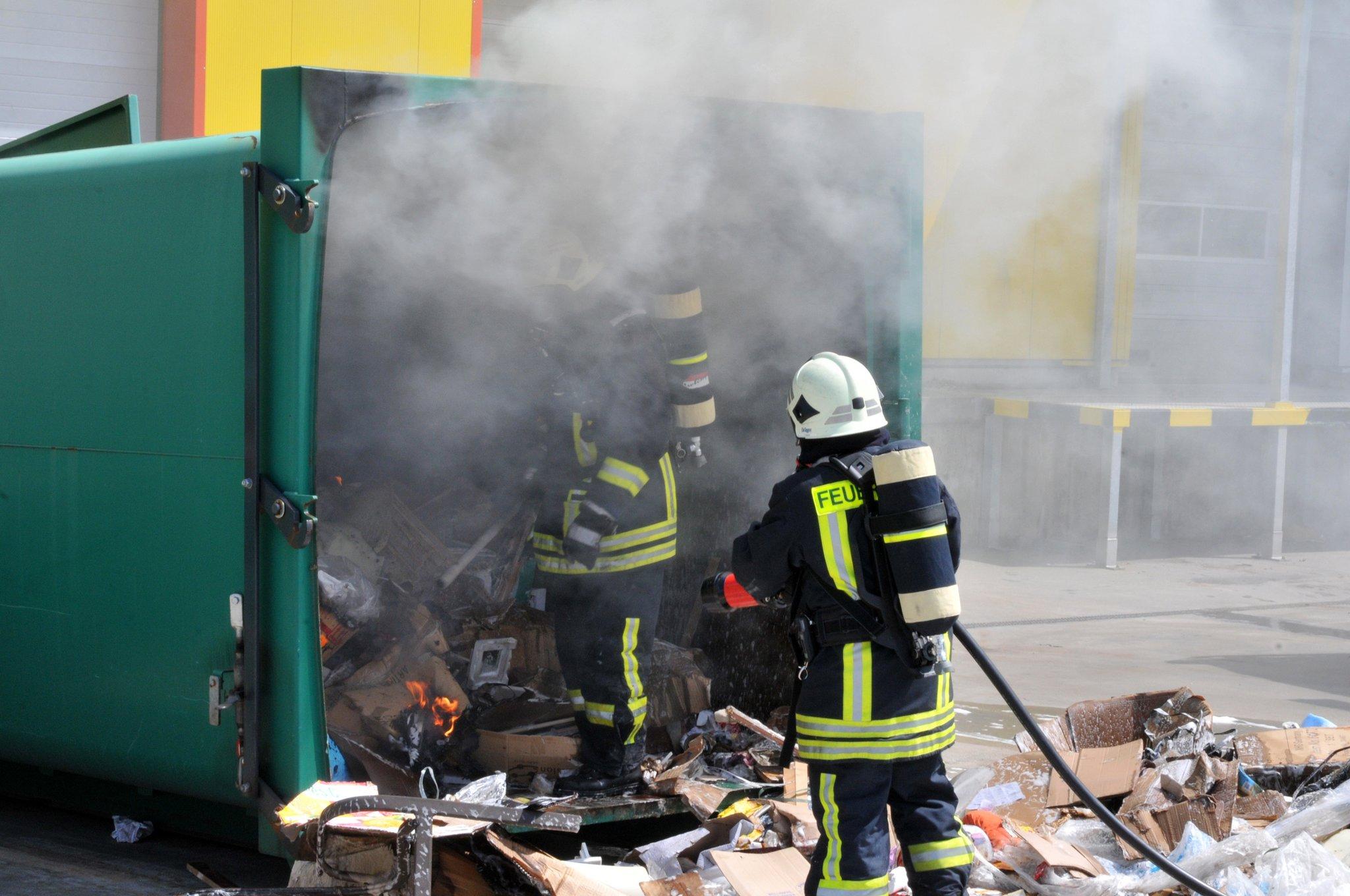 Müllcontainer bei Poco in Flammen - Dorsten