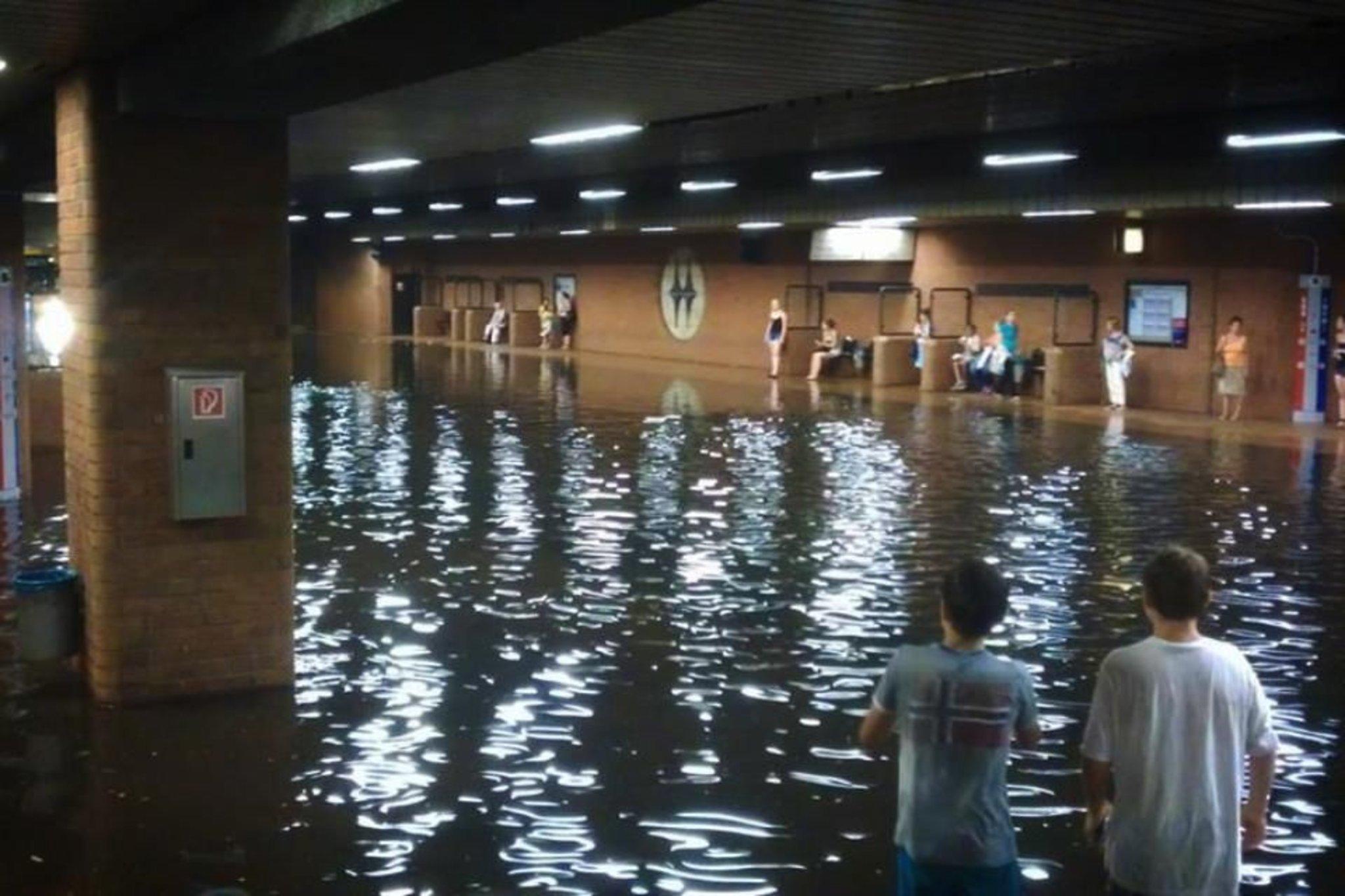 Neues schwimmbad hauptbahnhof unter wasser m lheim an for Schwimmbad mulheim an der ruhr