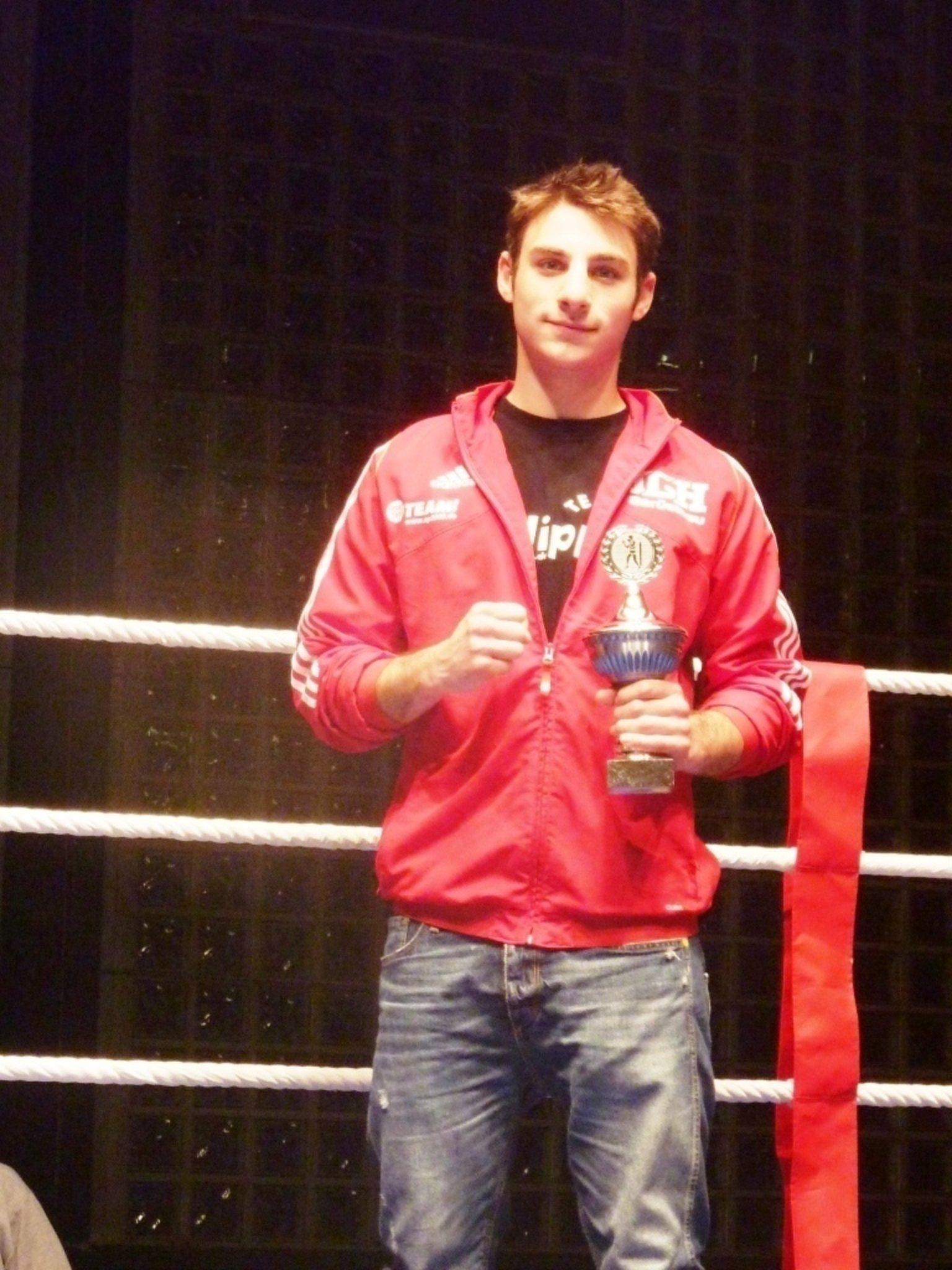 Boxen Zimmermann Siegt Eindeutig Und Erhält Den Pokal Des Besten