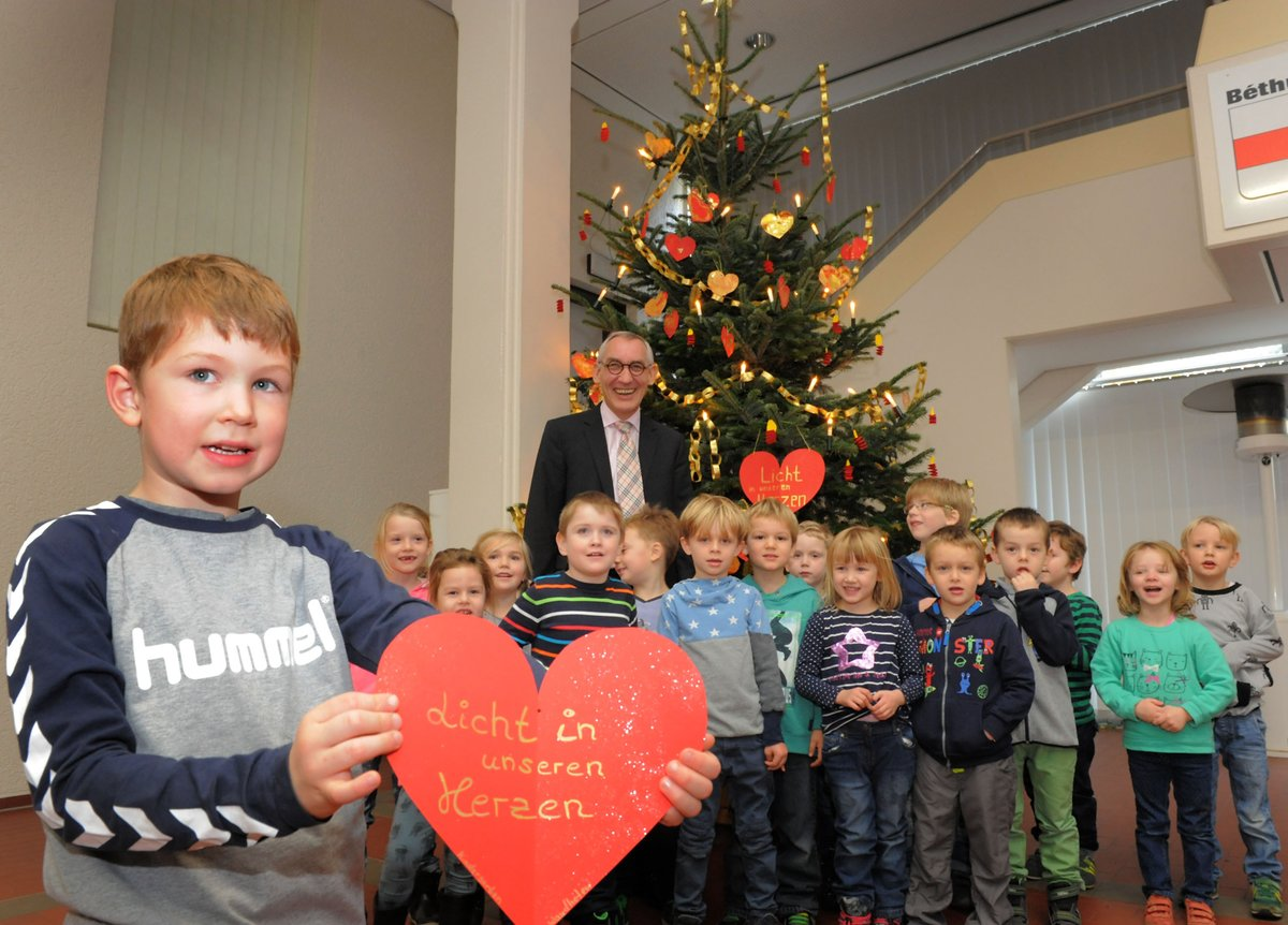 Weihnachtsbaum Schwerte.Kinder Aus Westhofen Schmücken Weihnachtsbaum Im Rathaus Schwerte