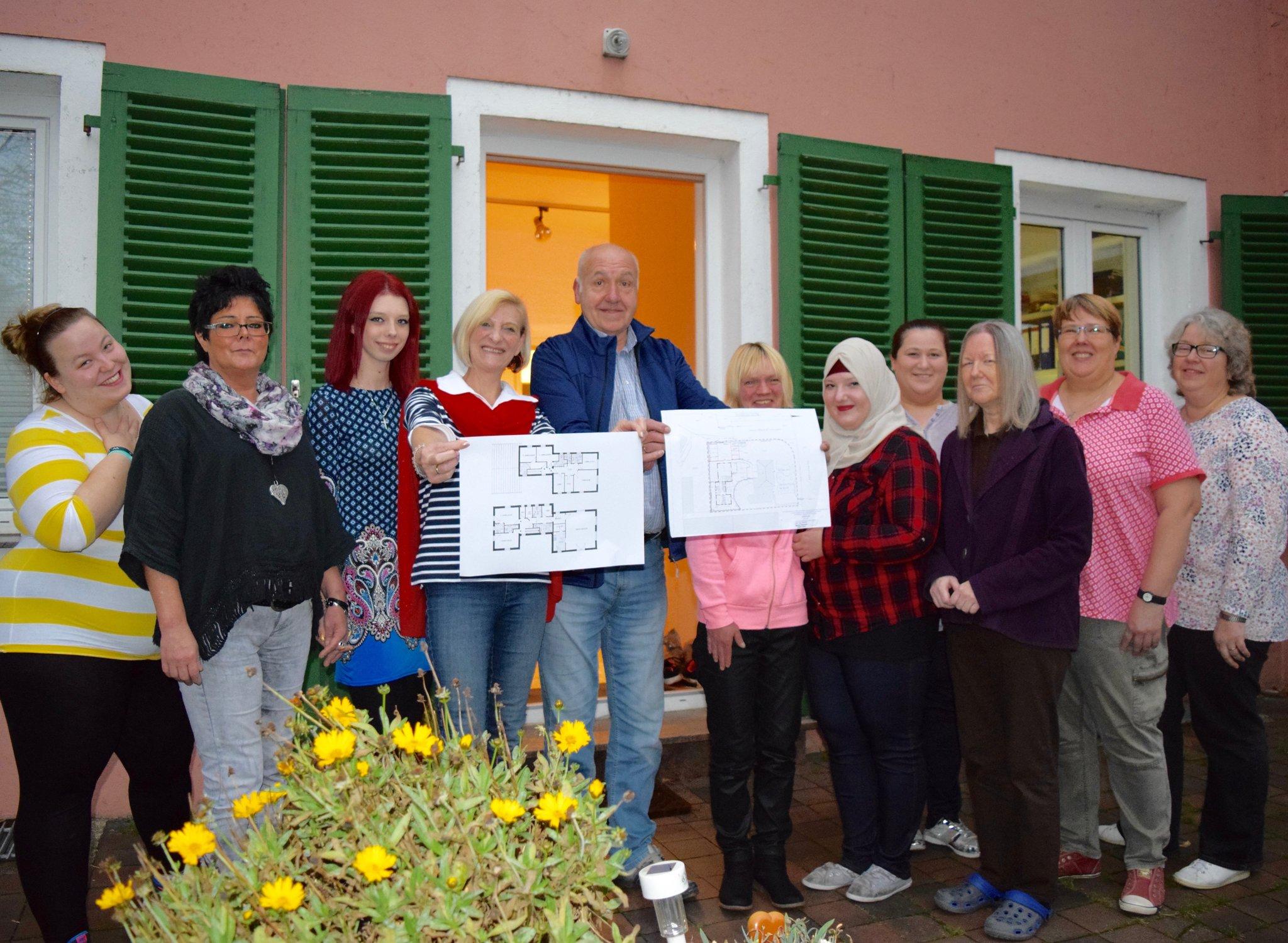 Die Bewohnerinnen und das Team der Oase. Esther (links) und Bernd Theumert präsentieren stolz die Baupläne.hochgeladen von Astrid von Lauff