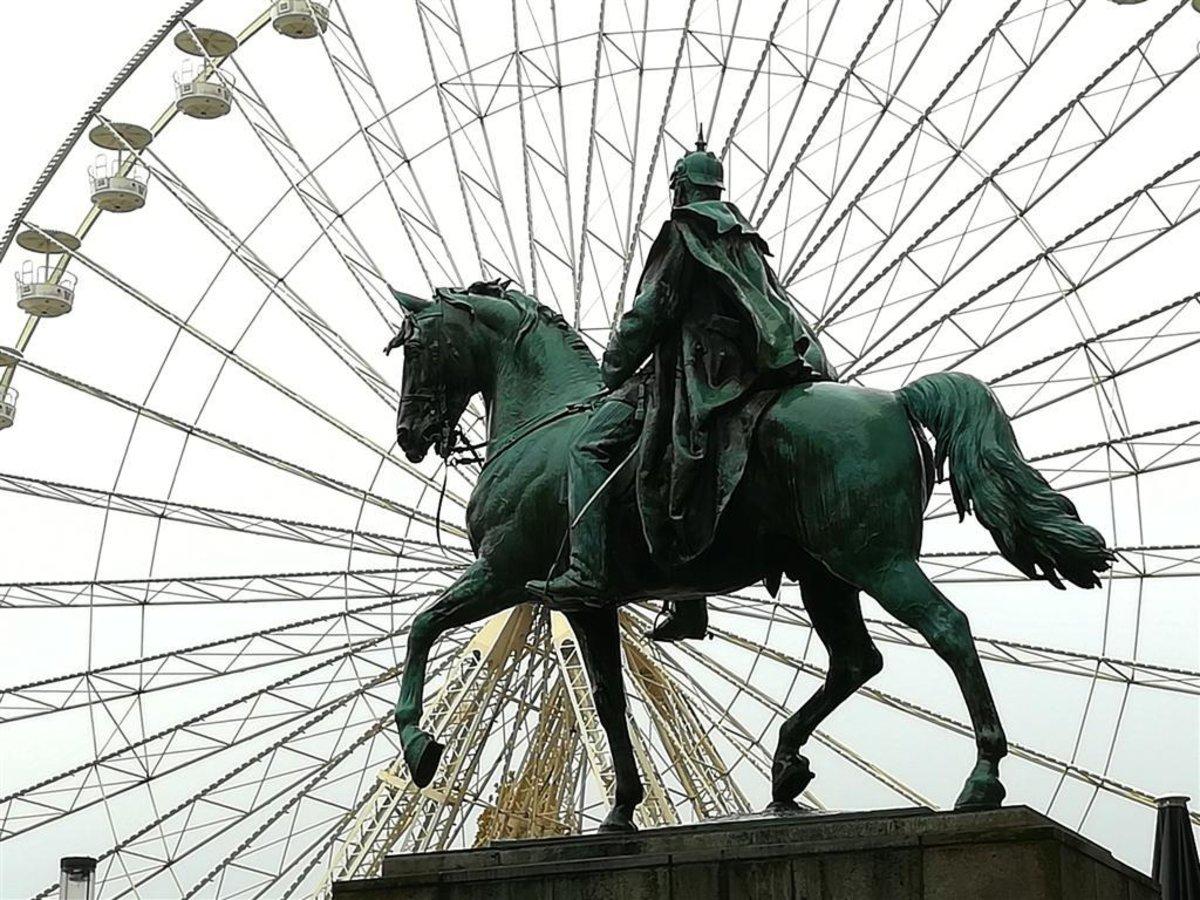 In Essen Steht Ein Riesenrad Hoch Hinaus Auf Dem Burgplatz Hagen