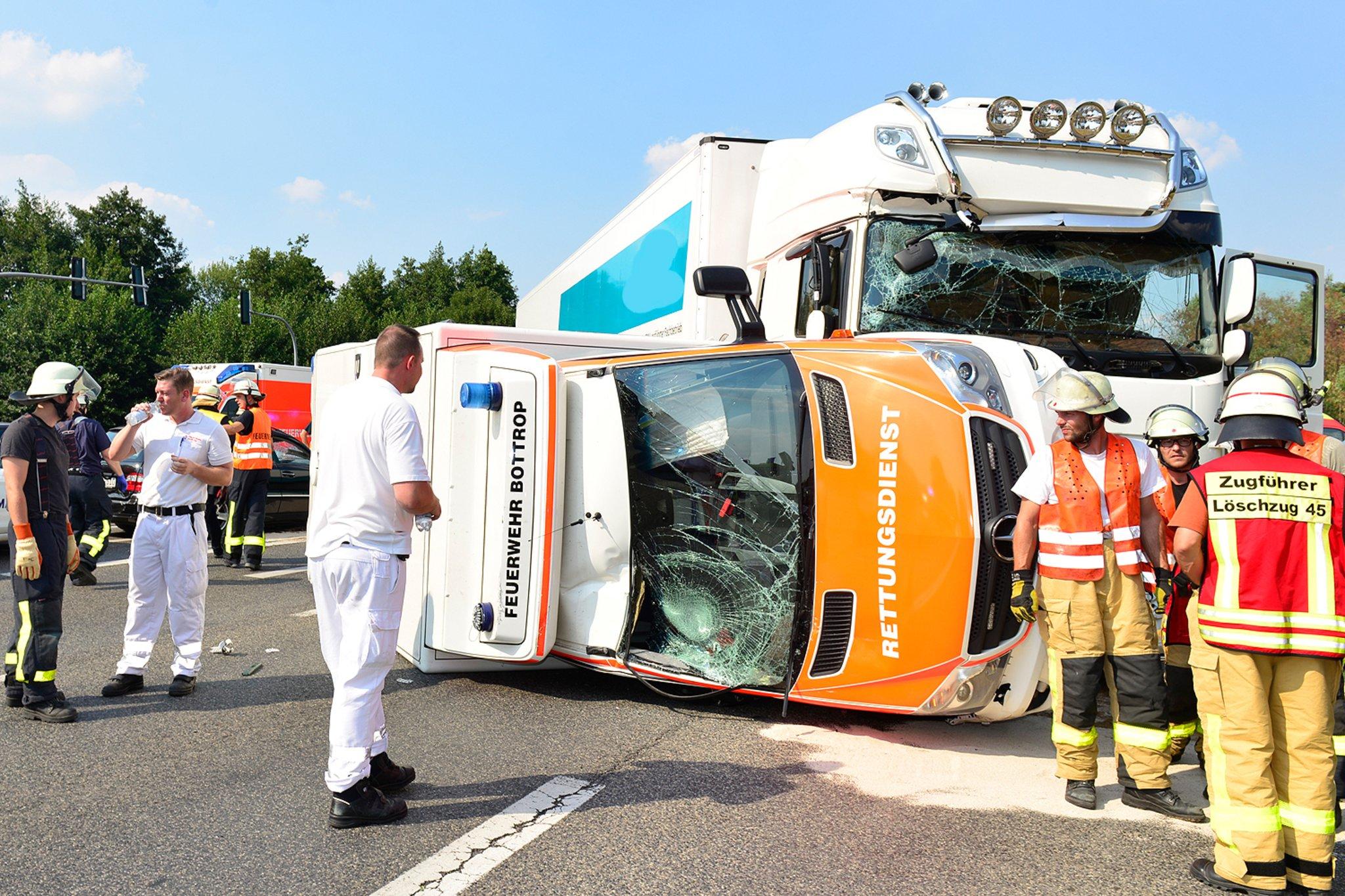 Update B 224 In Gladbeck Lkw Rammt Feuerwehr Rettungswagen Gladbeck