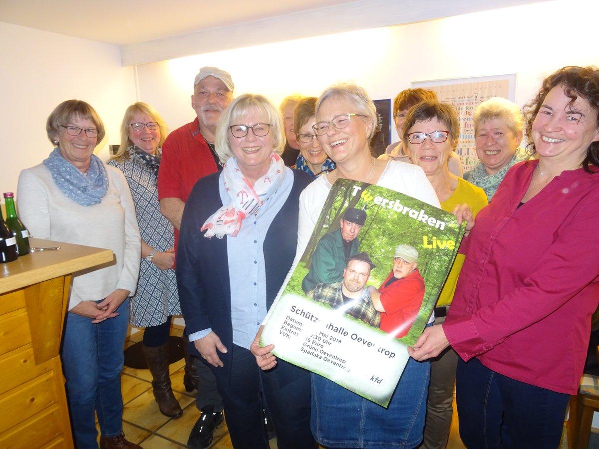 """Das Orga-Team mit """"Jupp Sauerland"""" rotes Hemd und Trecker-Buchse kommt schon jetzt aus dem Lachen nicht mehr raus"""