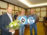 Benjamin Bräutigam bedankt sich bei Ehrenoberst Johannes Bett und ehm. Geschäftsführer der Bruderschaft Olaf Hachmann