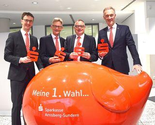 Stellten die Jahresbilanz der regionalen Sparkassen vor: Peter Vogt (Schmallenberg), Norbert Runde (Arnsberg-Sundern), Peter Wagner (Hochsauerland und Peter Schulte (Meschede, v.l.).