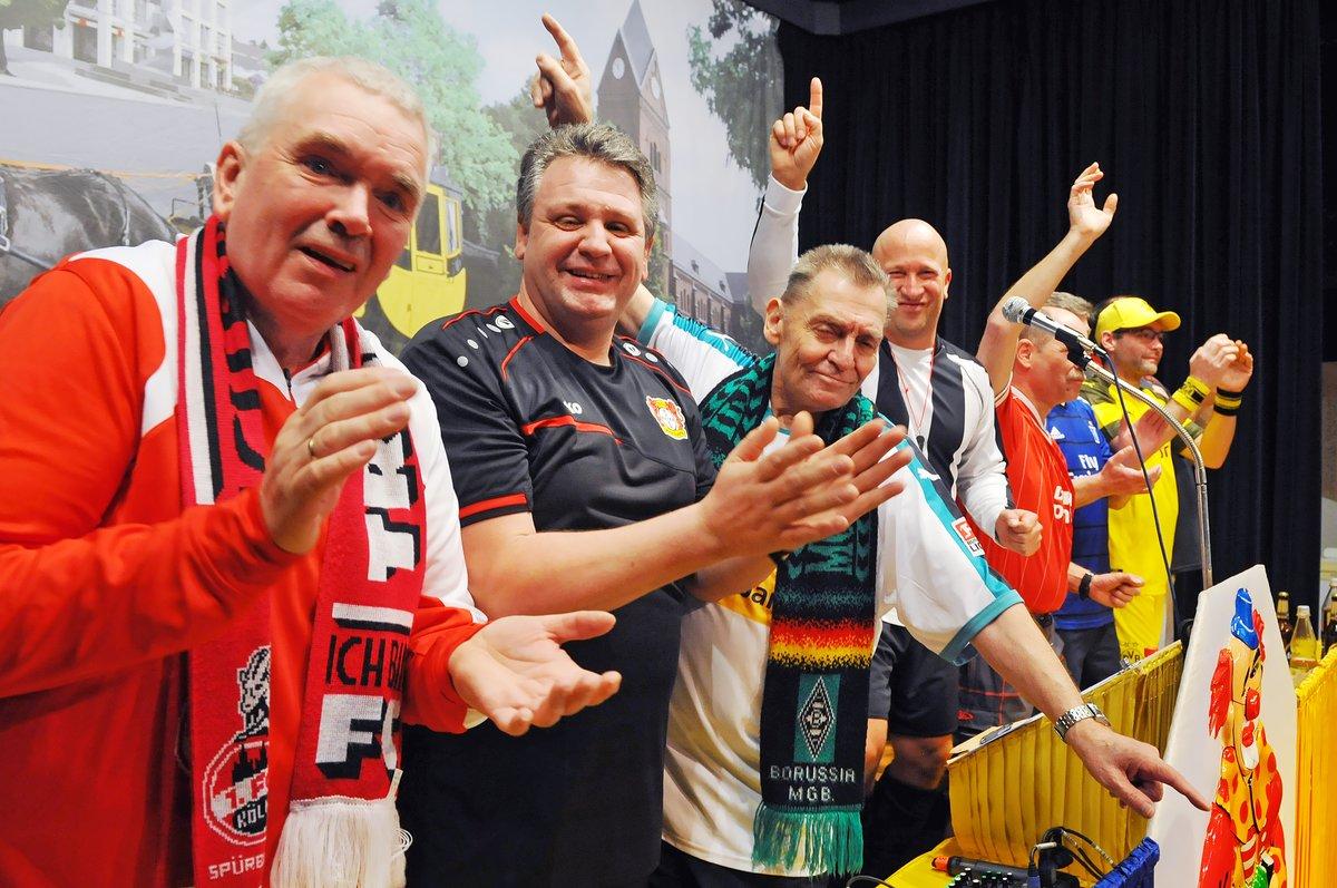 Ein buntes Bild: Die Mitglieder des Elferrates hatten sich in die Trikots ihrer Lieblings-Fußballmannschaften gehüllt und teilweise auch den dazugehörigen Fan-Schal um den Hals gehangen.