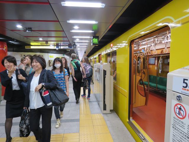 Pendler in der japanischen öffentliches Nahverkehrssystem