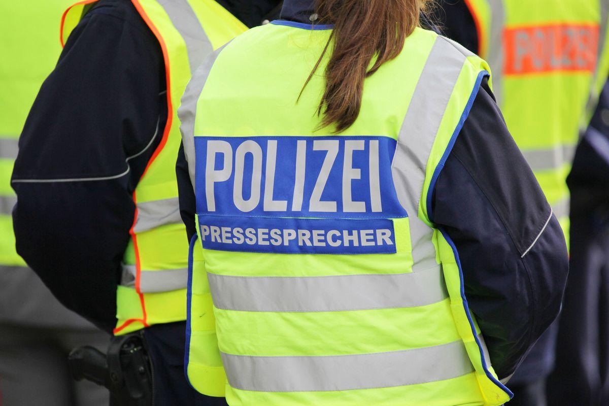 Polizisten verhafteten in der Nähe des Tatortes einen Mann mit einer blutenden Verletzung an der Hand.