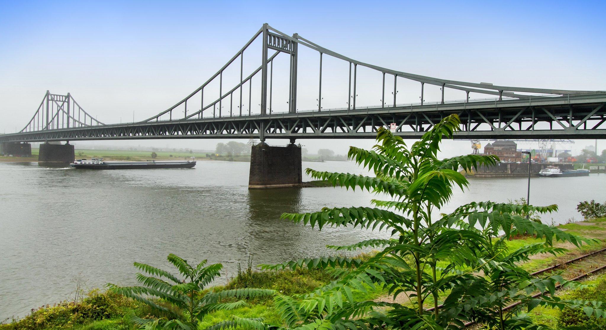 Straßen.NRW hat mit der Sanierung der Rheinbrücke Krefeld-Uerdingen begonnen: Acht Kolonnen vor Ort - Lokalkompass.de