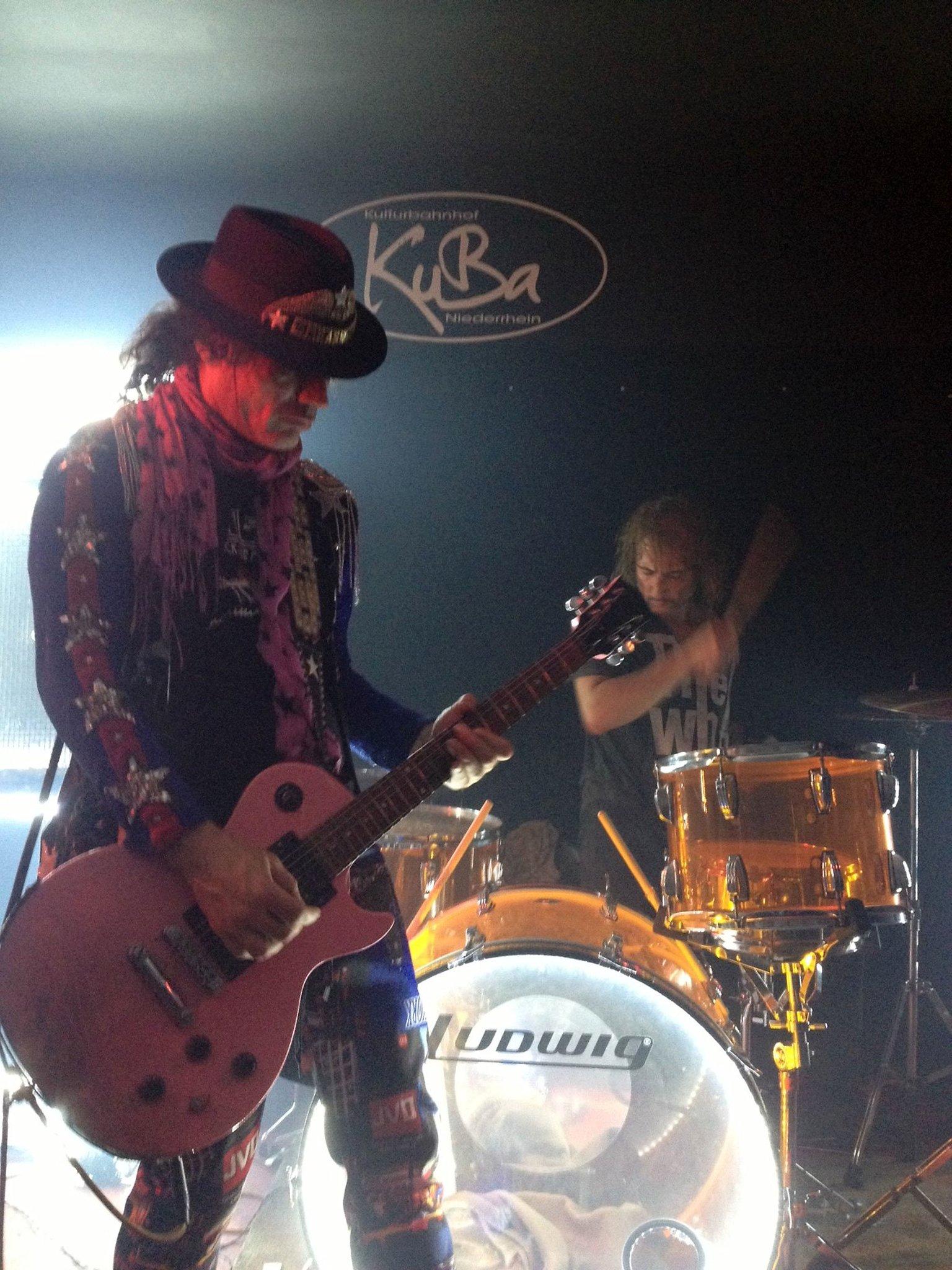 Konzert am Donnerstag, 21. November, im Kulturbahnhof Hamminkeln: Adam Bomb heizt dem KuBa-Publikum ein mit seiner energiegeladenen Rock'n'Roll-Show - Hamminkeln - Lokalkompass.de