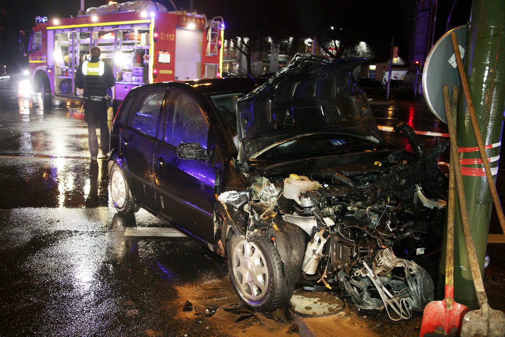Auto prallt in Rettungswagen im Einsatz - Lünen - Lokalkompass.de