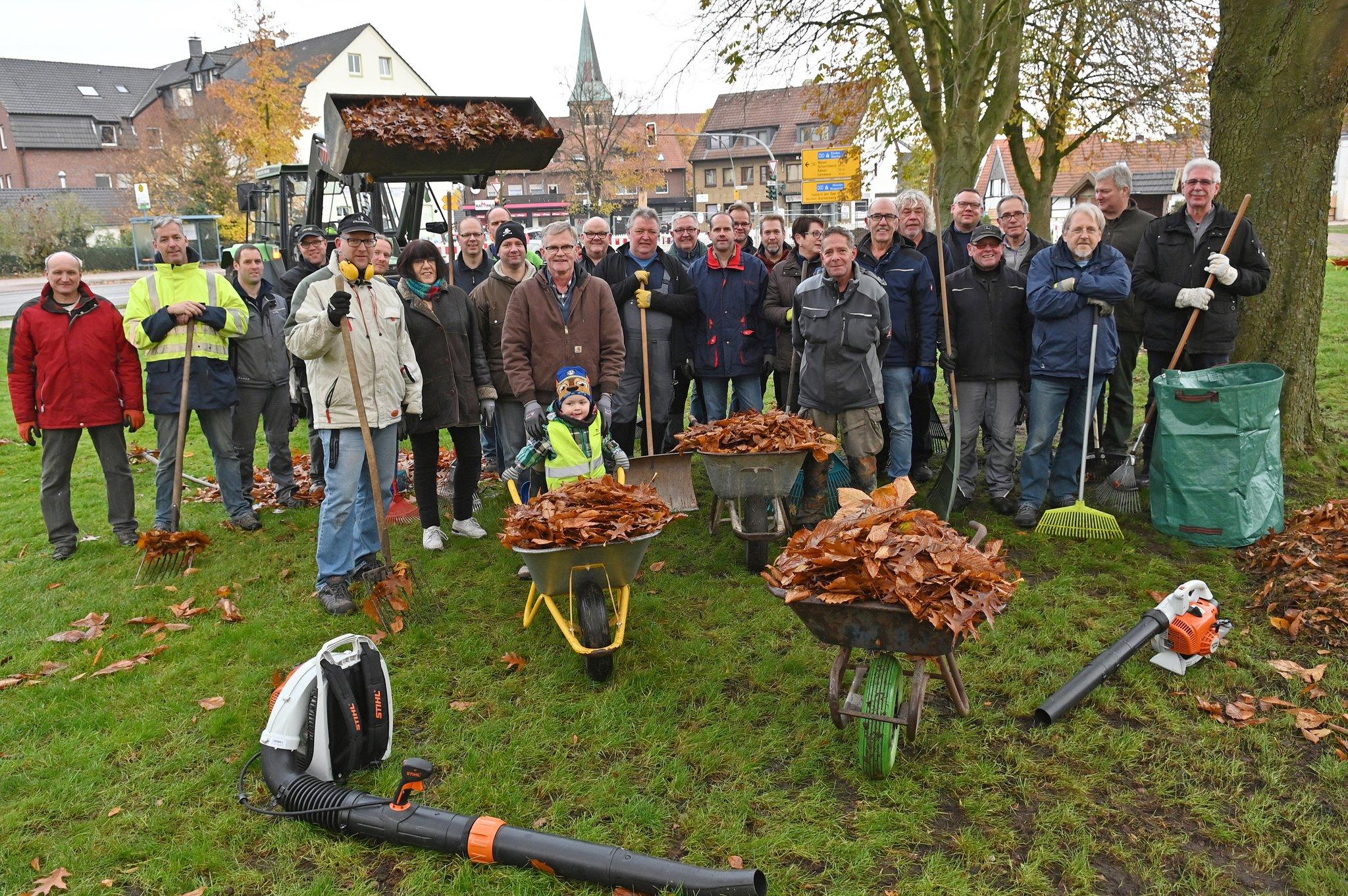 Vorm Volkstrauertag: Heimatverein reinigt Park am Wappenbaum - Lokalkompass.de