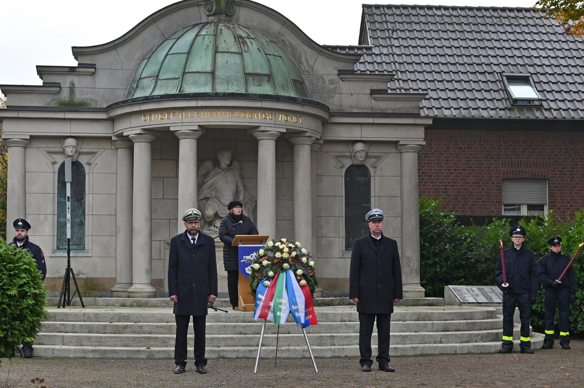 Volkstrauertag: Gedenkfeier am Wulfener Ehrenmal mit vielen Vereinen und Besuchern - Lokalkompass.de