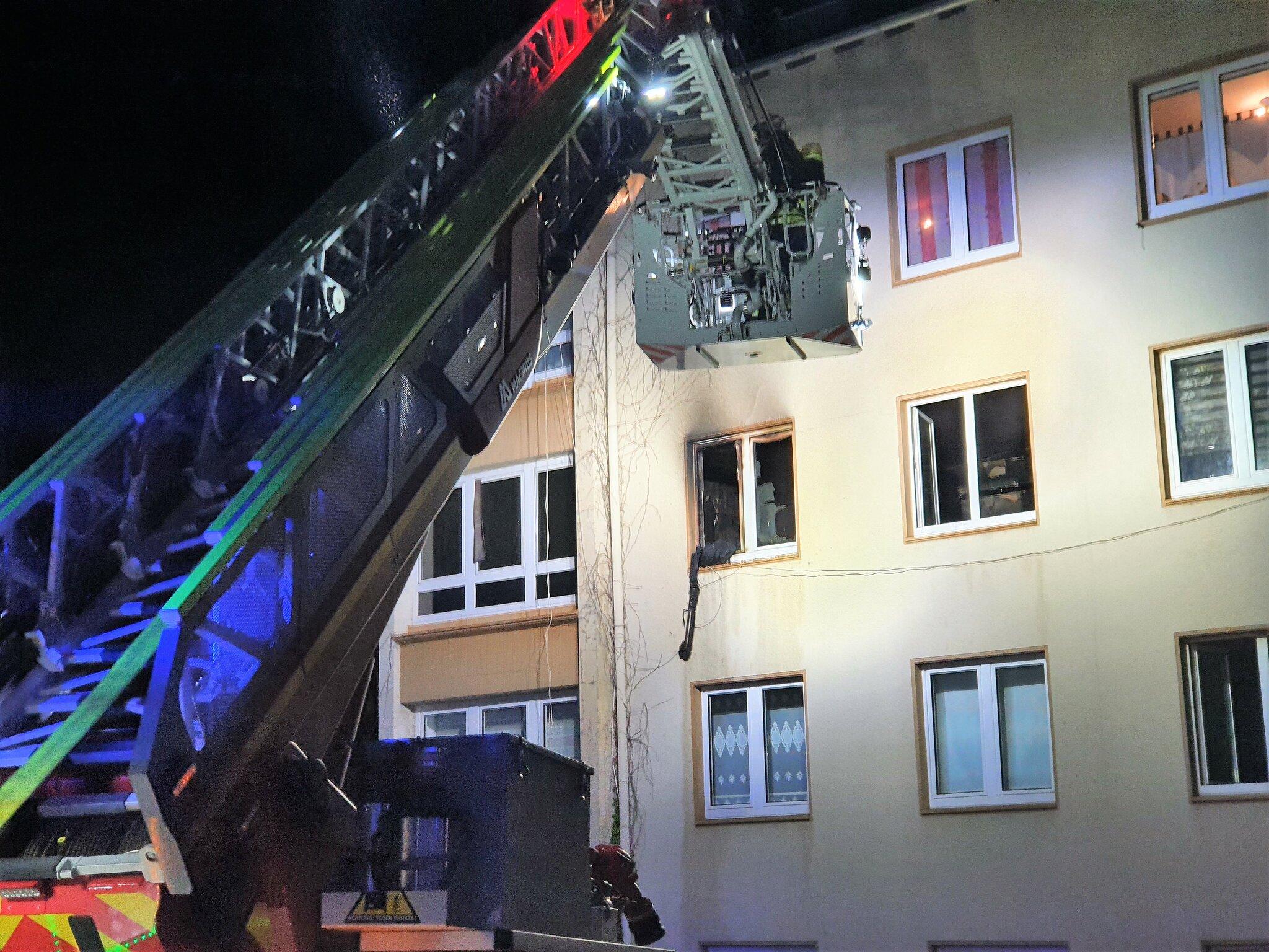 Nächtlicher Zimmerbrand holte 35 Feuerwehrkräfte aus den...