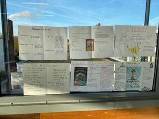 Die Klasse 6c des Marie-Curie-Gymnasiums präsentiert ihre Lieblingslektüren. Hier sieht man einige der fertigen Poster.