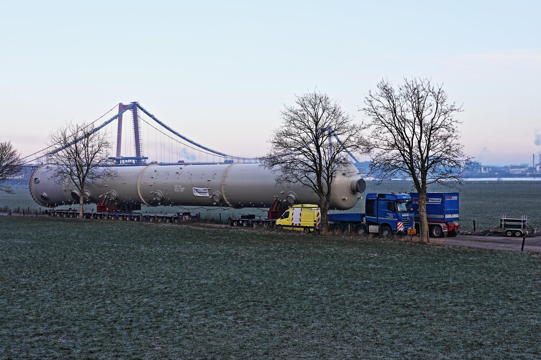 Schwertransport (303 000 kg) auf 28 Achsen...