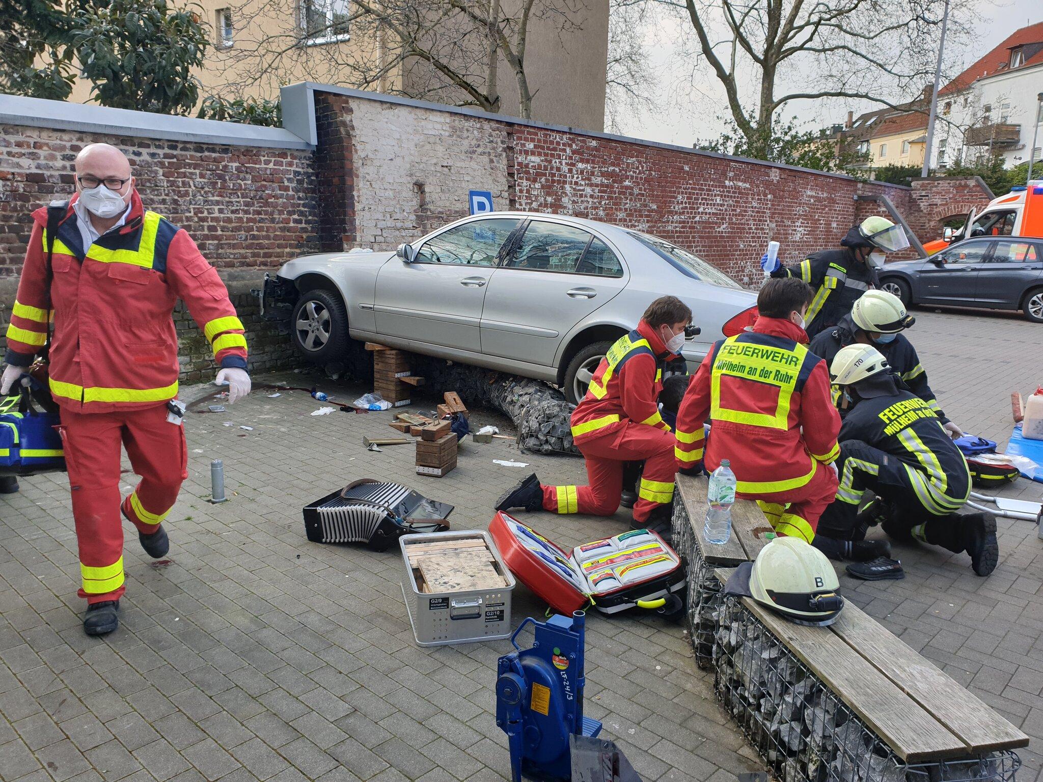 Wagen außer Kontrolle: Zwei Menschen auf Parkplatz