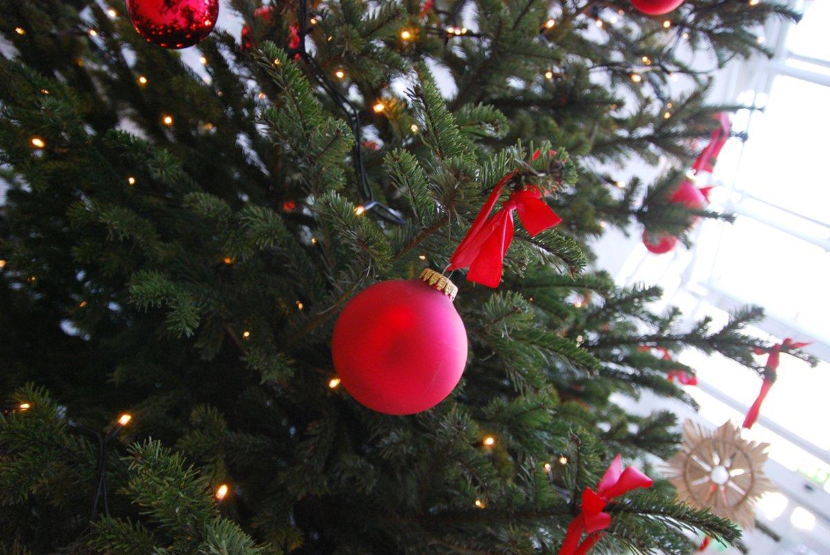 Weihnachtsbaum Rot Silber.Schmücken Sie Ihren Weihnachtsbaum Traditionell In Rot Und Gold Oder